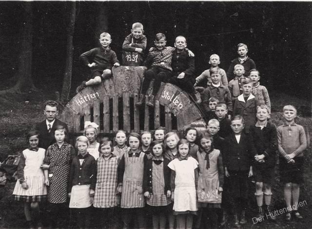 Osterwalder Schulklasse steht mit ihrem Lehrer vor dem Mundloch des Hüttenstollens, Aufnahme aus dem jahr 1931